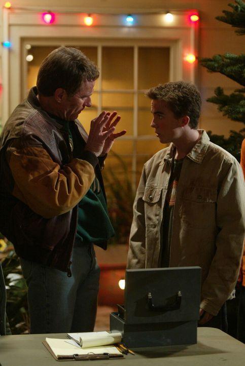 """Malcolm (Frankie Muniz, r.) ist Hal (Bryan Cranston, l.) bei seinem """"neuen Job"""" behilflich ... - Bildquelle: TM +   2000 Twentieth Century Fox Film Corporation. All Rights Reserved."""