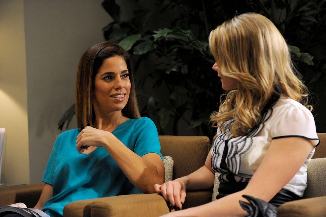 Während Rosie (Dania Ramirez, l.) sich auf die Suche nach der DVD über Flora macht, begleitet Marisol Taylor (Brianna Brown, r.) zu einer Kinderwuns... - Bildquelle: ABC Studios