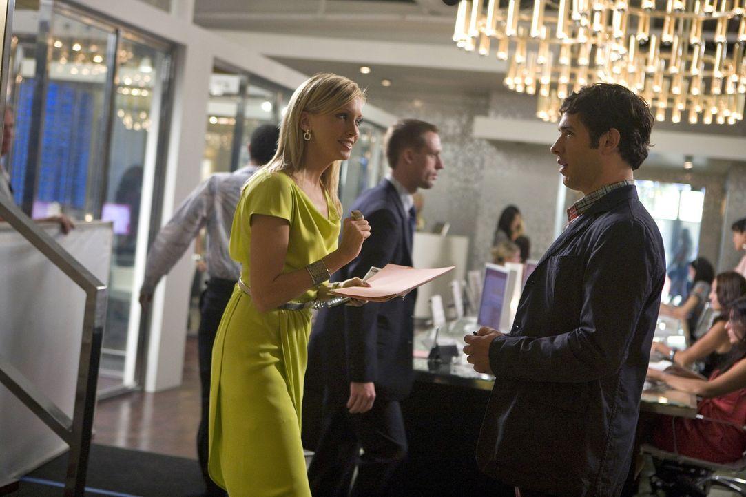 Die gewiefte Ella (Katie Cassidy, l.) weiß Jonah (Michael Rady, r.) nicht nur in Sachen Job zu überzeugen... - Bildquelle: 2009 The CW Network, LLC. All rights reserved.