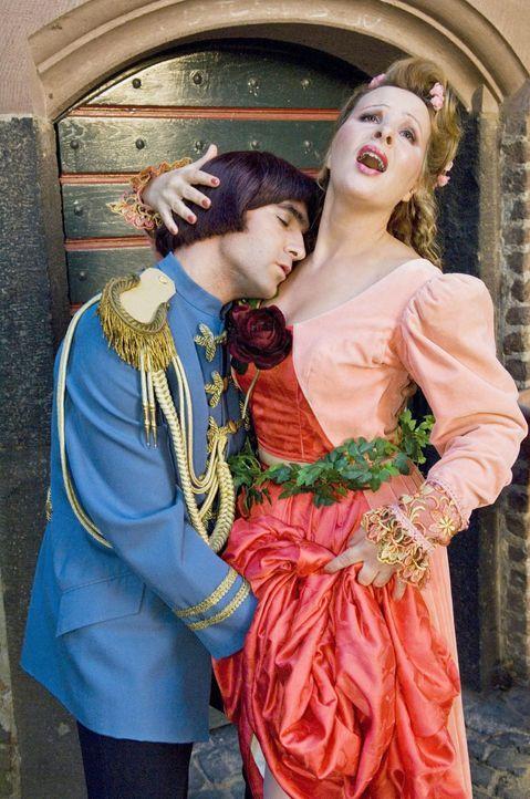 Da hat man sich als Prinz endlich mal wieder eine scharfe Braut aufgerissen und landet endlich mit ihr im Bett, da treten ungeahnte Hindernisse auf.... - Bildquelle: Sat.1