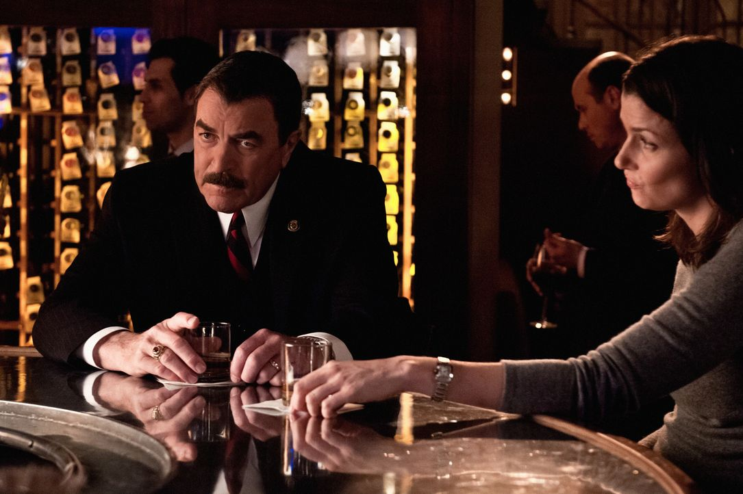 Beraten sich, weil Danny immer weiter in den Strudel gezogen wrid, der ihn wie einen Drogendealer aussehen lässt: Frank (Tom Selleck, l.) und Erin (... - Bildquelle: Tom Concordia 2012 CBS Broadcasting Inc. All Rights Reserved.