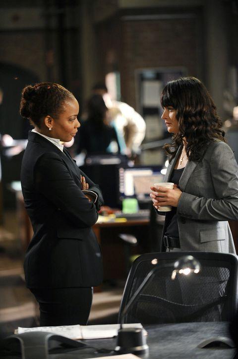 Neben der Ermittlungsarbeit an einem Mordfall hat Lisbon (Robin Tunney, r.) auch mit ihrer Nervosität zu kämpfen, denn Special Agent Hightower (Au... - Bildquelle: Warner Bros. Television
