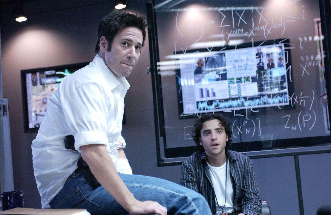 Versucht gemeinsam mit seinem Bruder Don (Rob Morrow, l.) und seinen eigenen perfekten mathematischen Berechnungen eine Bande Bankräuber zu stellen... - Bildquelle: Paramount Network Television