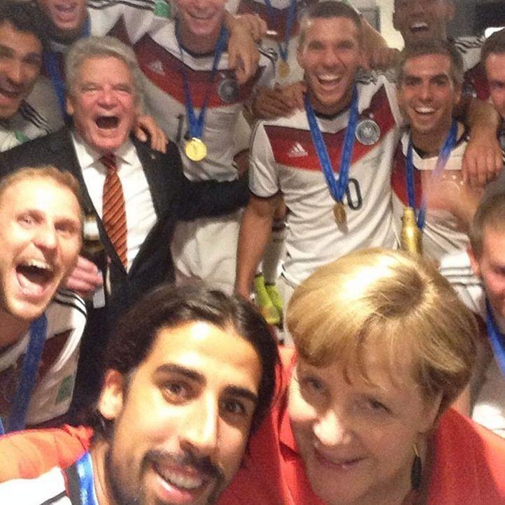 Die schönsten Selfies des WM-Sieges: Die deutsche Mannschaft mit Merkel - Bildquelle: Facebook