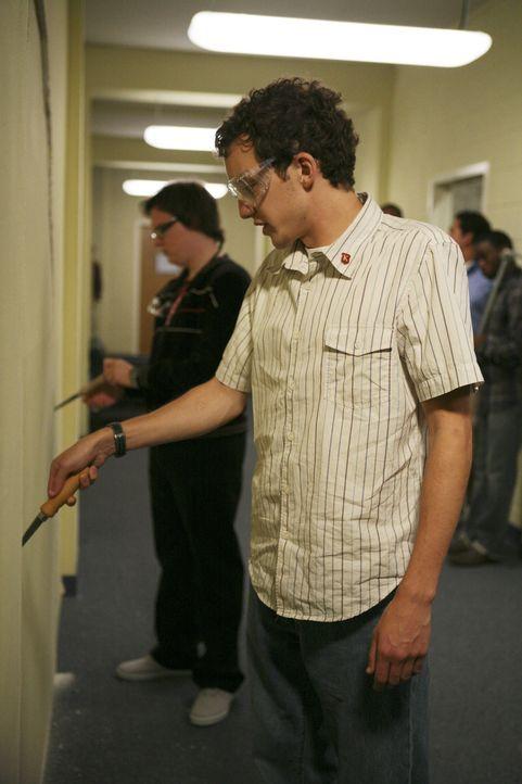 Während Casey bei der Jobsuche Drew kennenlernt, versuchen sich Dale (Clark Duke, l.) und Rusty (Jacob Zachar, r.) an den Türen der Examensstudenten... - Bildquelle: 2008 ABC Family