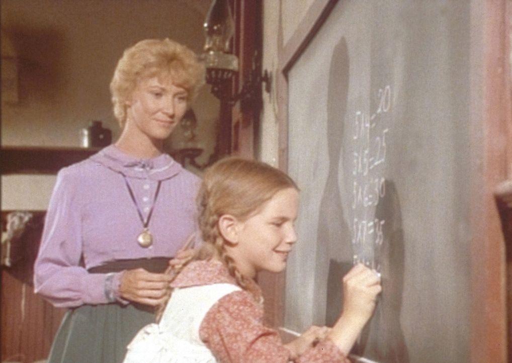 Mit der Hilfe ihrer Lehrerin Miss Beadle (Charlotte Stewart, l.) macht Laura (Melissa Gilbert, r.) große Fortschritte im Unterricht. - Bildquelle: Worldvision