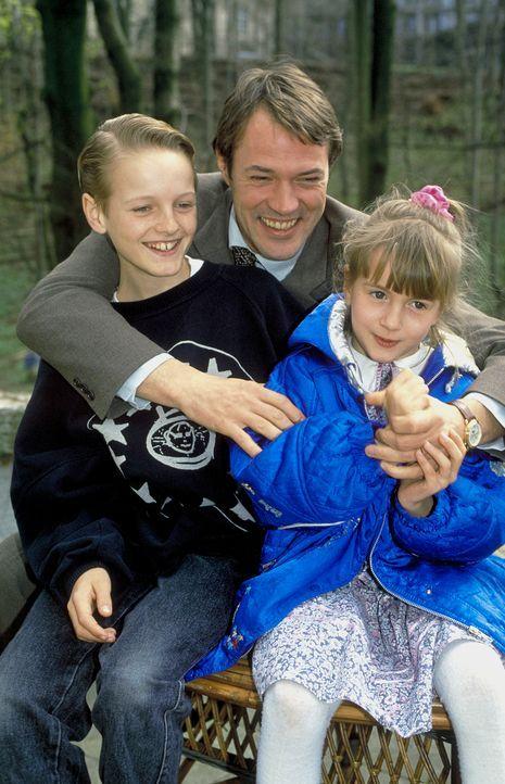 Familienidylle - oder doch nicht? Ernst Hoffmann (Sebastian Koch, M.) mit seinen Kindern Emma (Sophia Dirscherl, r.) und Karl (Dominique Alter, l.)... - Bildquelle: Magdalena Mate ProSieben
