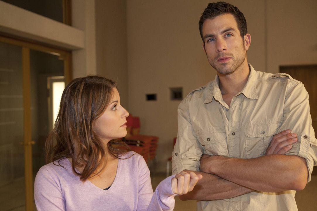 Als Julian einen TV-Beitrag über die Schule ans Land zieht, will Gabriele, dass Beas (Vanessa Jung, l.) Musik-AG darin performt und wählt Michael... - Bildquelle: David Saretzki SAT.1
