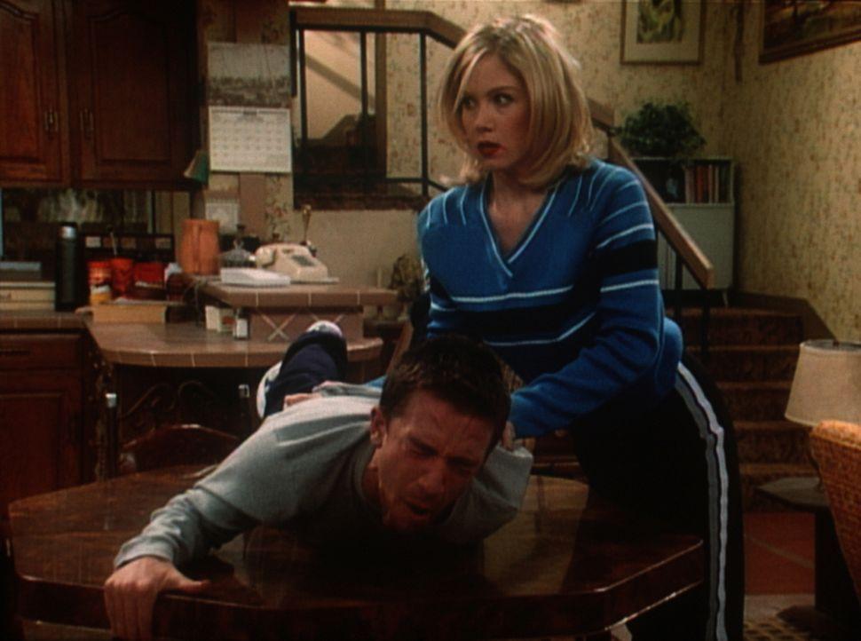 Kelly (Christina Applegate, r.) probiert ihre Massagekenntnisse an Bud (David Faustino, l.) aus. - Bildquelle: Sony Pictures Television International. All Rights Reserved.