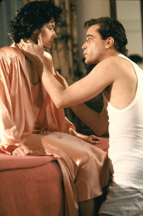 Henry Hill (Ray Liotta, r.) bittet seine Frau Karen (Lorraine Bracco, l.), ihm zu vertrauen ... - Bildquelle: Warner Bros.