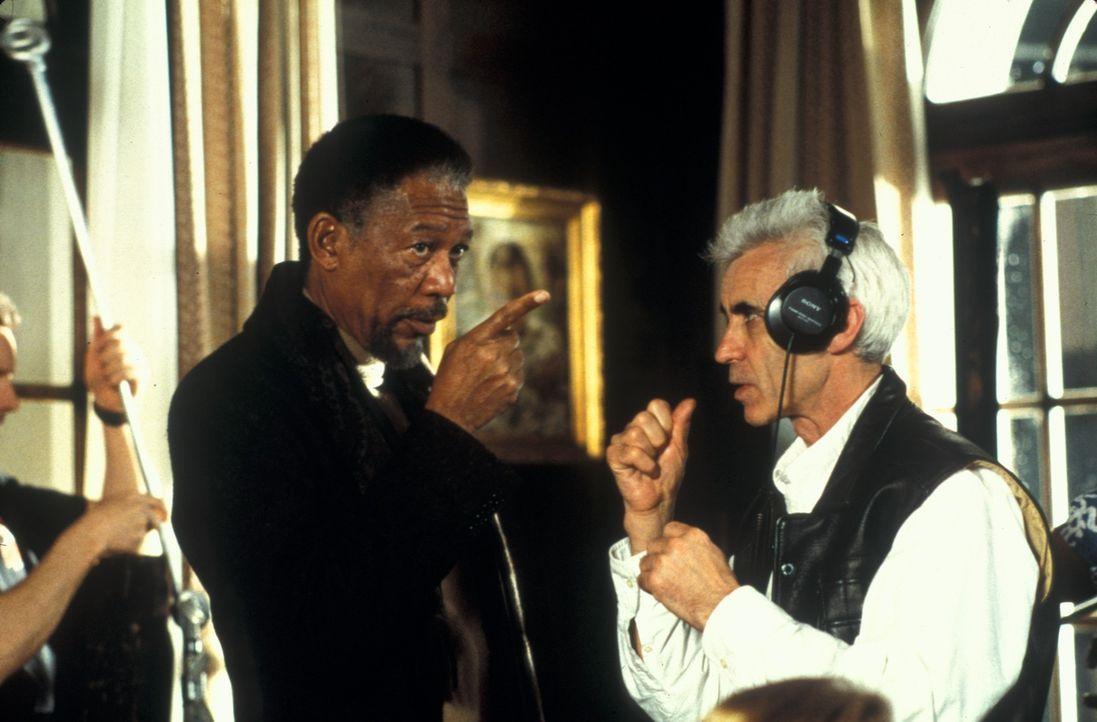 Regisseur Lee Tamahori (r.) mit seinem Hauptdarsteller Morgan Freeman (l.) im Gespräch ... - Bildquelle: Joseph Lederer 2001 Paramount Pictures