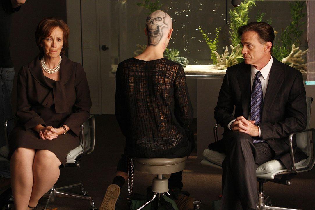 Die Ärzte werden von Mr. (Joan McMurtrey, l.) und Mrs. McCloud (Todd Waring, r.) gebeten, die satanischen Tattoos im Gesicht ihres Sohnes, der sich... - Bildquelle: Warner Bros. Entertainment Inc. All Rights Reserved.