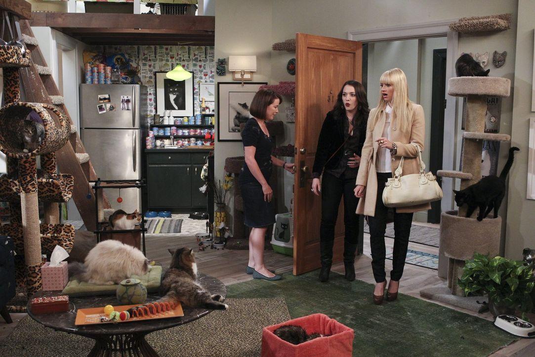 Nach langem Betteln gibt Caroline (Beth Behrs, r.) Max (Kat Dennings, M.) nach, und die beiden kümmern sich um ein streunendes Kätzchen. Auf der Suc... - Bildquelle: Warner Brothers