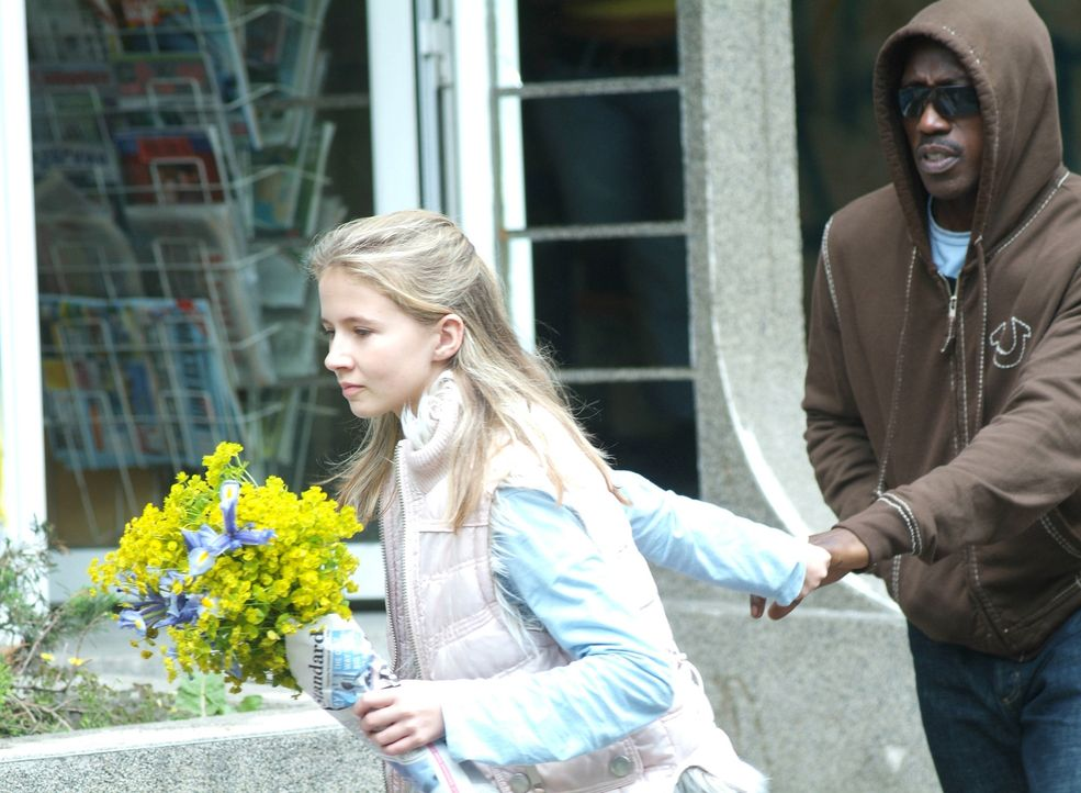 Die 12-jährige Emily (Eliza Bennett, l.) ist die Einzige, die CIA-Agent James Dial (Wesley Snipes, r.) jetzt noch aus dem Netz aus Intrigen und Mor... - Bildquelle: Copyright   2007 Chaintron Limited and RMA Productions EOOD. All Rights Reserved.