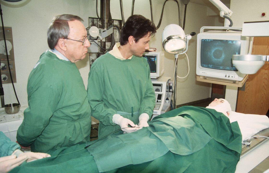 Professor Lüders (Ulrich Matschoss, l.) bittet Dr. Kampmann (Ulrich Reinthaller, M.) um eine Diagnose an dem kleinen unbekannten Patienten (Andreas... - Bildquelle: Janis Jatagandzidis Sat.1