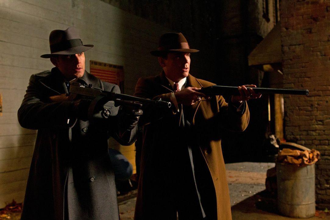 Im Kampf gegen das Böse: Dean (Jensen Ackles, l.) und Eliot Ness (Nicholas Lea, r.) ... - Bildquelle: Warner Bros. Television