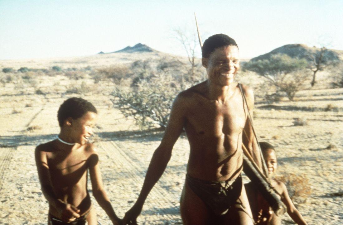 Nach einer langen und auch nicht immer ungefährlichen Suche, hat Xixi (N!Xau, M.) endlich seine Kinder Xiri (Eiros, l.) und Xisa (Nadies, r.) wieder... - Bildquelle: Columbia Pictures