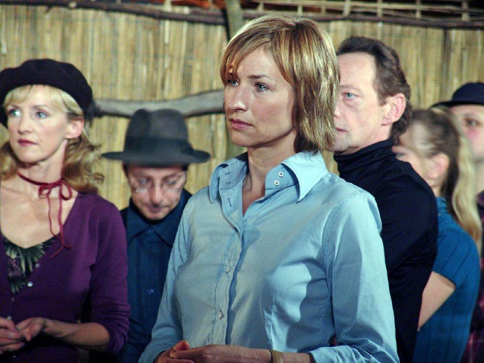 Eva Blond (Corinna Harfouch, M.) ermittelt im Mordfall an dem Filmproduzenten J.J. Epstein. Um den Mörder zu finden, spielt sie mit allen Beteiligte... - Bildquelle: Volker Roloff Sat.1