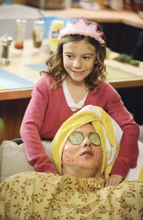 Kosmetik für einen guten Zweck: Emily (Genevieve Hannelius, hinten) und Alex (Hutch Dano, vorne) ... - Bildquelle: Disney