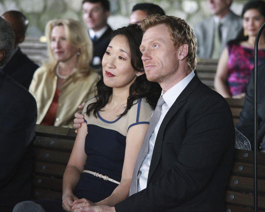 Freuen sich für Callie und Arizona: Cristina (Sandra Oh, l.) und Owen (Kevin McKidd, r.) ... - Bildquelle: ABC Studios
