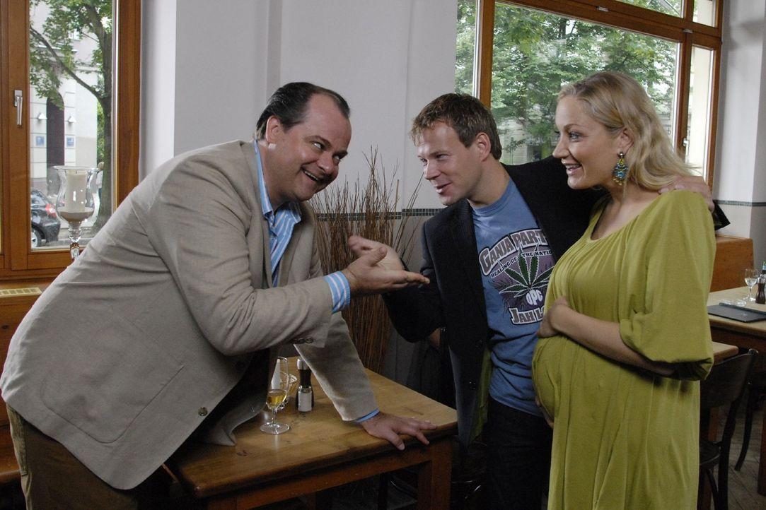 """Markus (Markus Majowski, l.) nimmt seine Frau Janine (Janine Kunze, r.) nach einem """"Frauentausch"""" von Mathias (Mathias Schlung, M.) wieder zurück.... - Bildquelle: Sat.1"""
