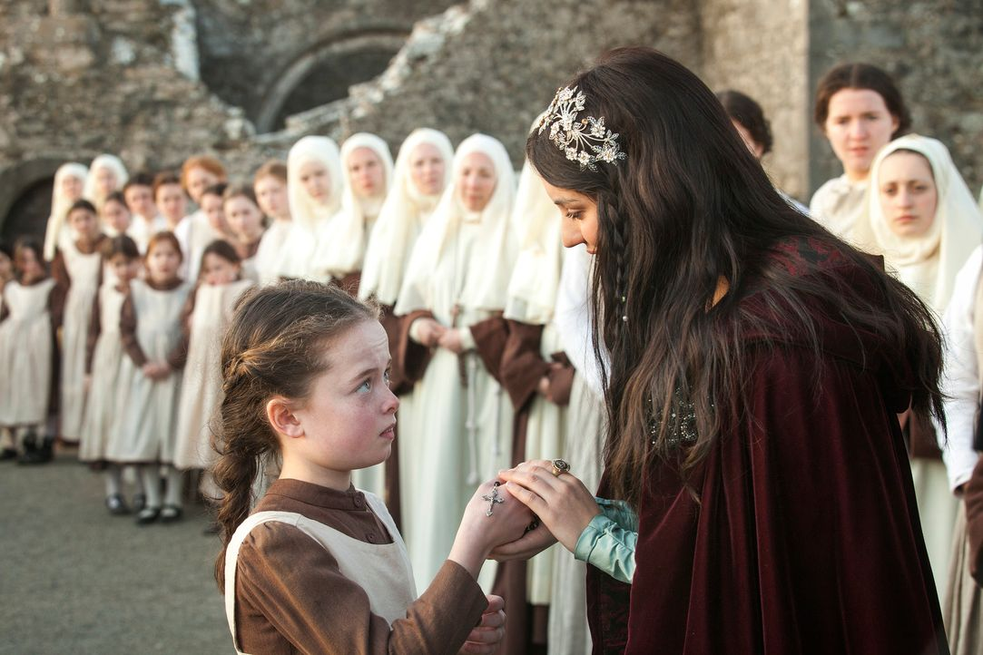 Abschied vom Kloster: Eine kleine Klosterschülerin (Darstellerin unbekannt) überreicht Mary (Adelaide Kane, vorne r.), der jungen Königin von Schott... - Bildquelle: Joss Barratt 2013 The CW Network, LLC. All rights reserved.