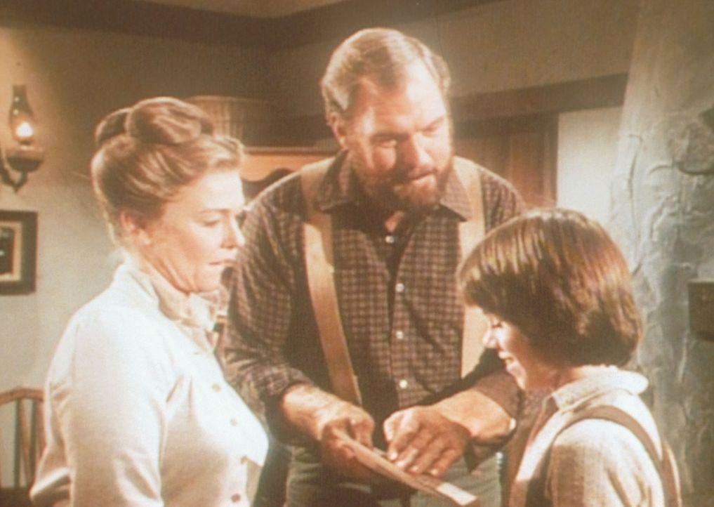 Alice (Hersha Parady, l.) und  Jonathan (Merlin Olsen, M.) sind stolz auf ihren Sohn Andy (Patrick Laborteaux, r.), der in einer Prüfung eine gute N... - Bildquelle: Worldvision