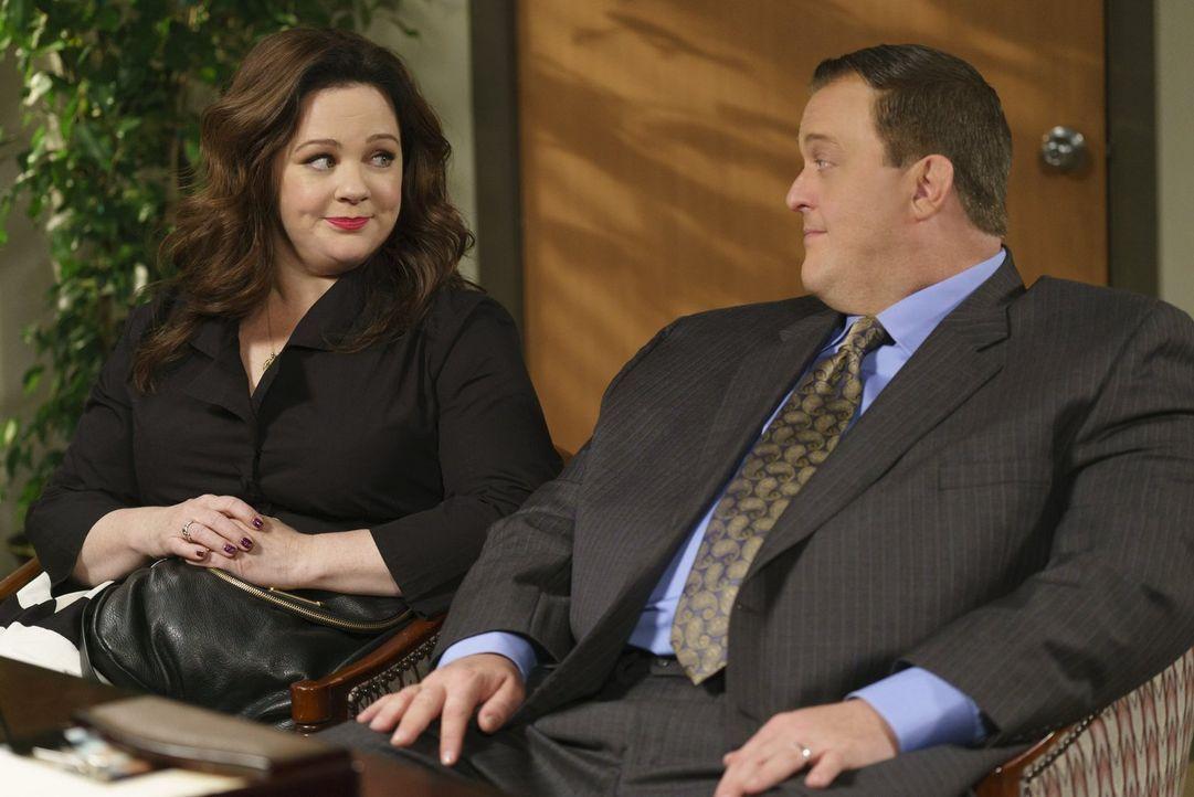 Mike (Billy Gardell, r.) und Molly (Melissa McCarthy, l.) hoffen inständig, dass sie ein Kind adoptieren dürfen. Doch das wird schwieriger, als geda... - Bildquelle: Warner Brothers