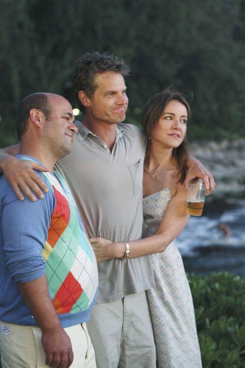Bobby (Brian Van Holt, M.) unternimmt wechselseitig mit Ellie (Christa Miller, r.) und mit Andy (Ian Gomez, l.) etwas auf der Insel, doch irgendwann... - Bildquelle: 2010 ABC INC.