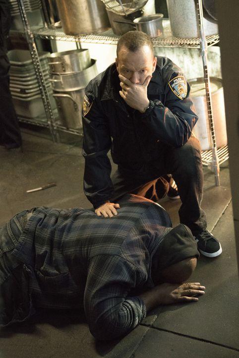 Danny (Donnie Wahlberg, r.) nimmt einen Job als Bodyguard für den ehemaligen Häflting Ernie (Omar Dorsey, l.) an. Doch als Danny ihn für nur einen A... - Bildquelle: John Paul Filo 2016 CBS Broadcasting, Inc. All Rights Reserved