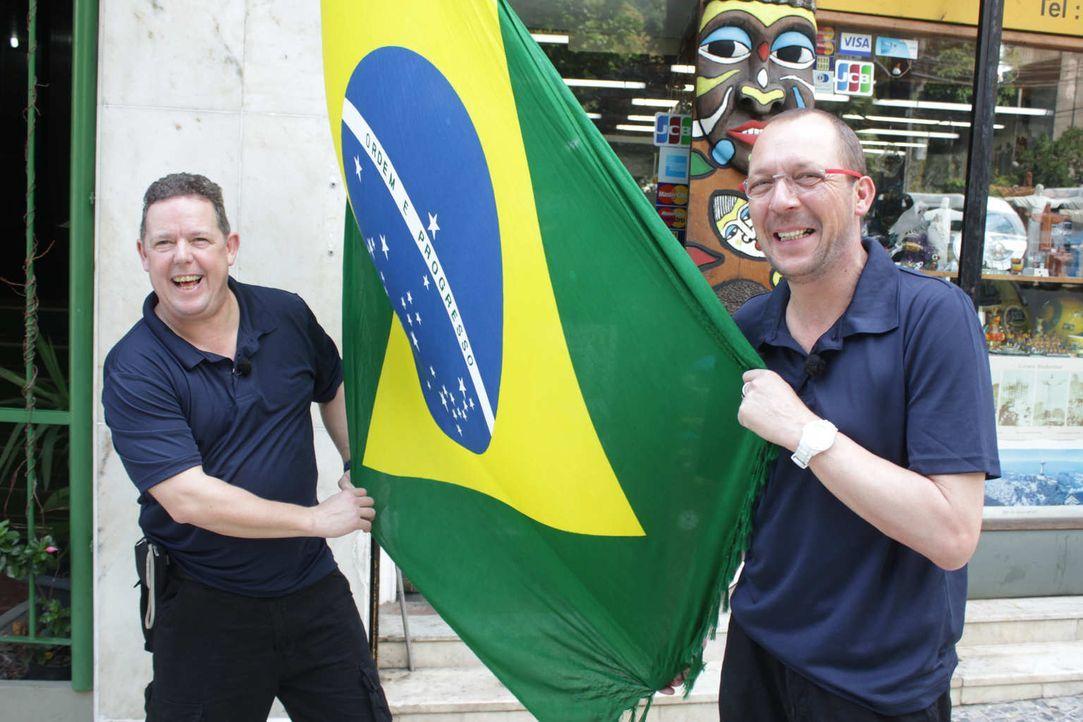 Toto (l.) und Harry (r.) - die beiden wohl bekanntesten Polizisten der Republik - hat es nach Brasilien verschlagen. Gemeinsam mit den Kollegen vor... - Bildquelle: kabel eins