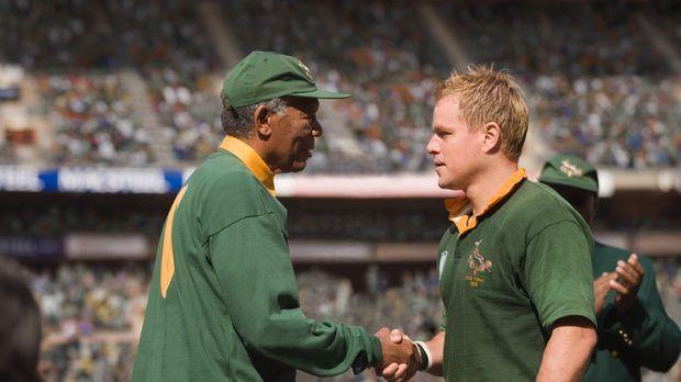 Präsident Nelson Mandela (Morgan Freeman, l.) riskiert alles, als er mit Hilf...