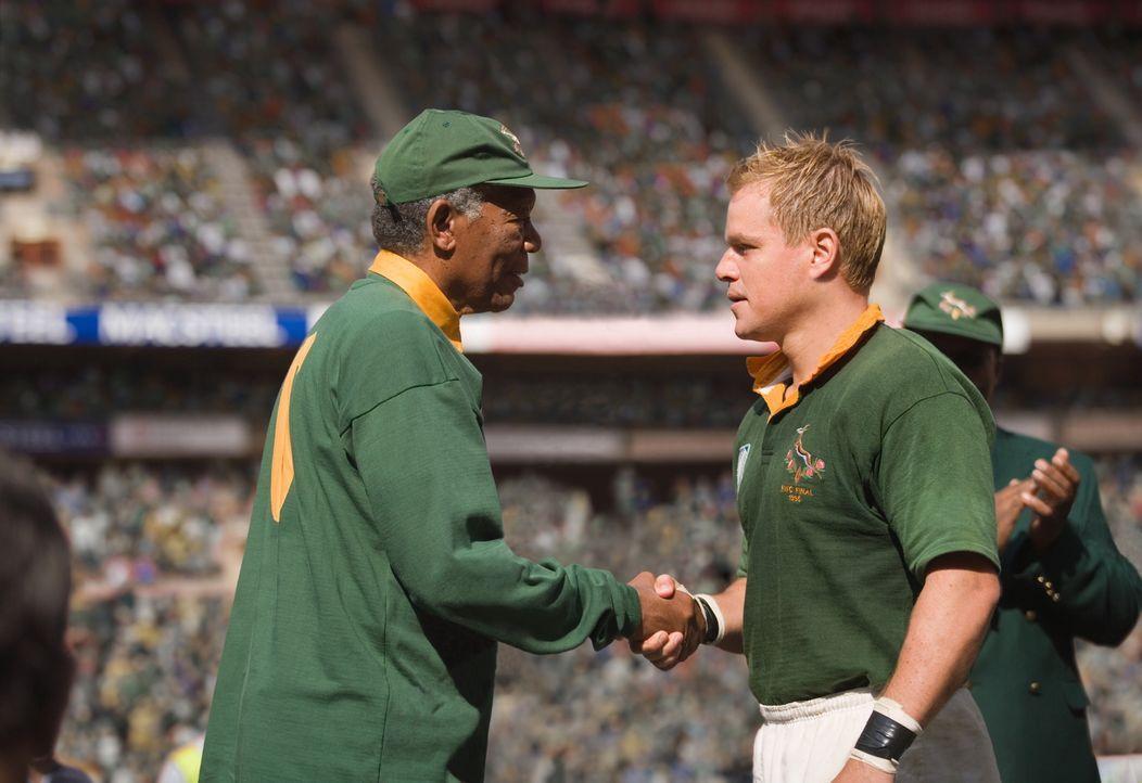 "Präsident Nelson Mandela (Morgan Freeman, l.) riskiert alles, als er mit Hilfe des Mannschaftskapitäns der ""Springboks"", Francois Pienaar (Matt Damo... - Bildquelle: Warner Bros."