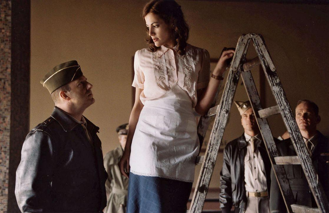 Luise (Bettina Zimmermann, r.) beeindruckt General Turner (Heino Ferch, l.) so sehr durch ihr schnelles Handeln und ihre Unerschrockenheit, dass er... - Bildquelle: Stephan Rabold Sat.1