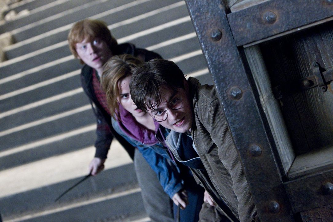 Harry (Daniel Radcliff, r.) ist mit seinen Freunden und treuen Gefährten Ron (Rupert Grint, l.) und Hermine (Emma Watson, M.) untergetaucht, um die... - Bildquelle: Warner Bros. Entertainment Inc.
