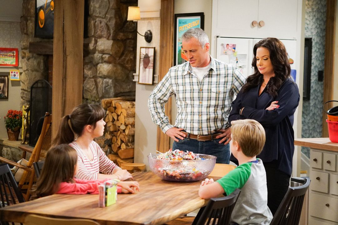 Adam (Matt LeBlanc, M.) und Andi (Liza Snyder, r.) müssen einen Trick anwenden, damit sie ihren Kindern Kate (Grace Kaufman, 2.v.l.), Teddy (Matthew... - Bildquelle: Monty Brinton 2016 CBS Broadcasting, Inc. All Rights Reserved