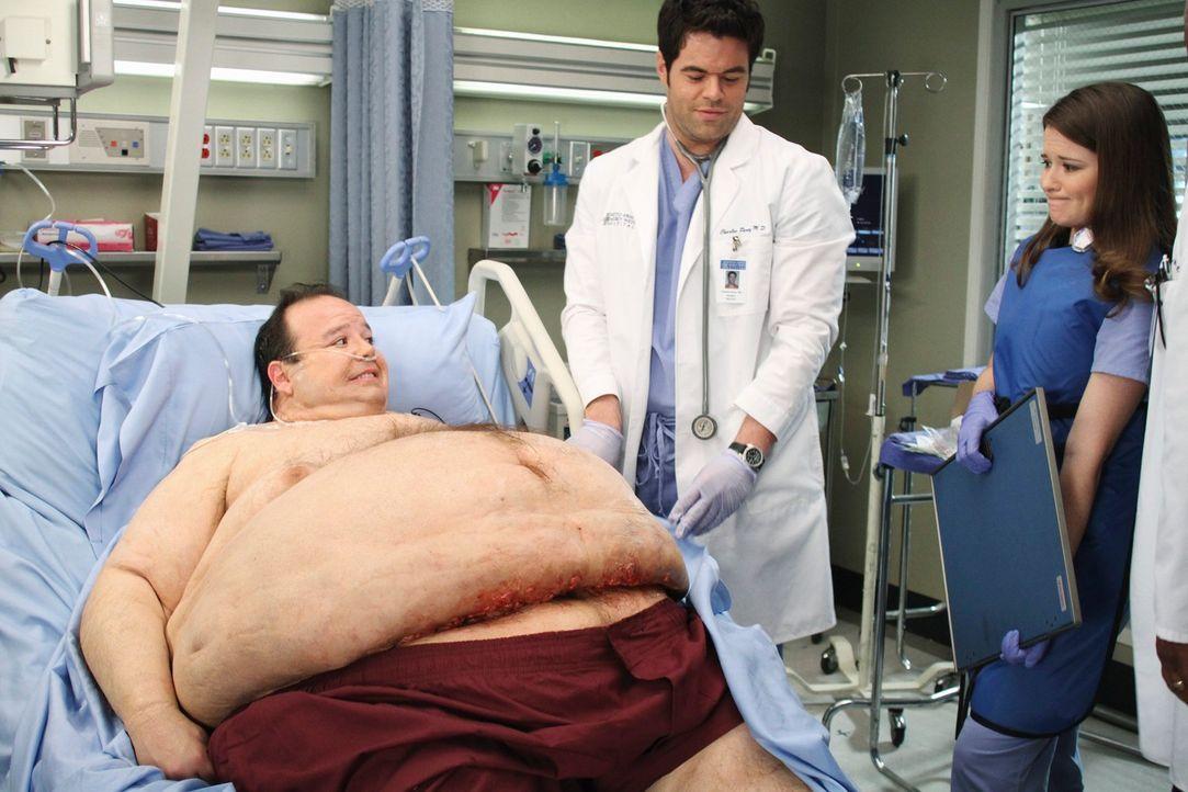 Bobby Corso (Jerry Kernion, l.) stellt die Ärzte Charles (Robert Baker, M.) und April (Sarah Drew, r.) vor eine schwere Herausforderung ... - Bildquelle: Touchstone Television