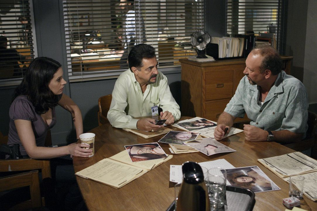 Auf der Suche nach dem Mörder von Abbey Kelton: Det. Jordan (Nick Searcy, r.), Prentiss (Paget Brewster, l.) und David Rossi (Joe Mantegna, M.) ... - Bildquelle: Touchstone Television