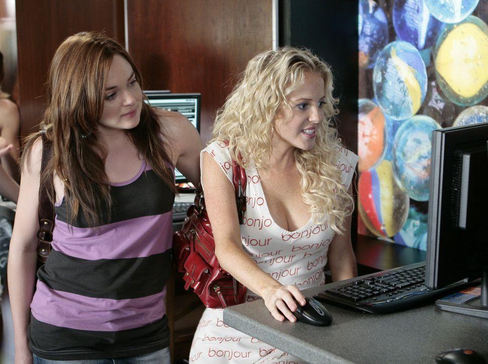 """Bei den """"Karrieretagen der Schule"""" sollen sich die Jugendlichen wie Lori (April Matson, l.) oder Hillary (Chelan Simmons, r.) Gedanken über ihre Zu... - Bildquelle: TOUCHSTONE TELEVISION"""