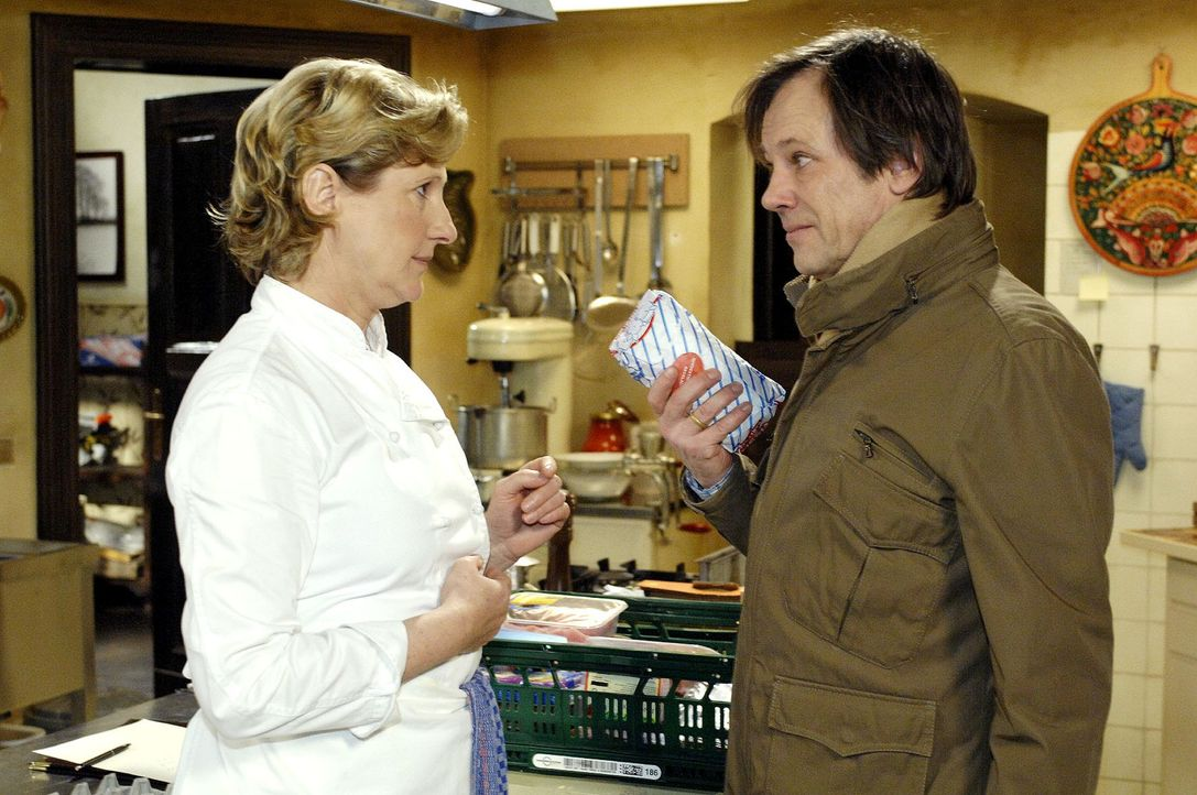 Susanne (Heike Jonca, l.) ahnt nicht, dass Armin (Rainer Will, r.) abgelaufene Lebensmittel eingekauft hat. - Bildquelle: Oliver Ziebe Sat.1