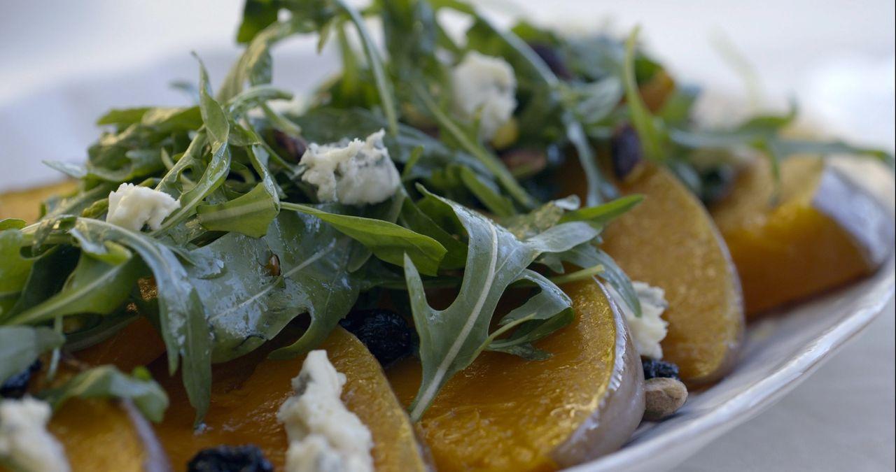 Für ein nettes Beisammensein mit der Familie bereitet Giada geröstete Quetschen mit Kirschen, Gorgonzola und Pistazien zu ... - Bildquelle: 2015,Television Food Network, G.P. All Rights Reserved