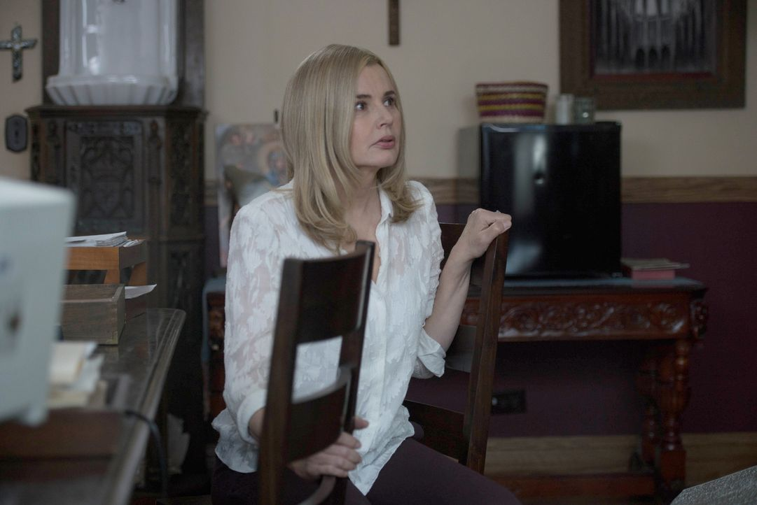 Nach und nach wird Angela (Geena Davis) bewusst, wie schlimm es um ihre Tochter steht und, dass der Dämon es auch auf sie abgesehen hat ... - Bildquelle: 2016 Fox and its related entities.  All rights reserved.