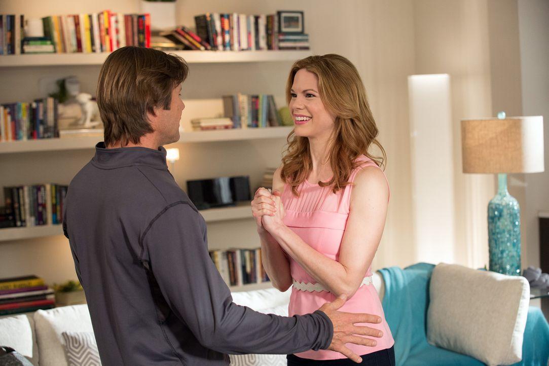 Peri (Mariana Klaveno, r.) versucht alles, um Spence (Grant Show, l.) und Rosie voneinander fern zu halten ... - Bildquelle: 2014 ABC Studios