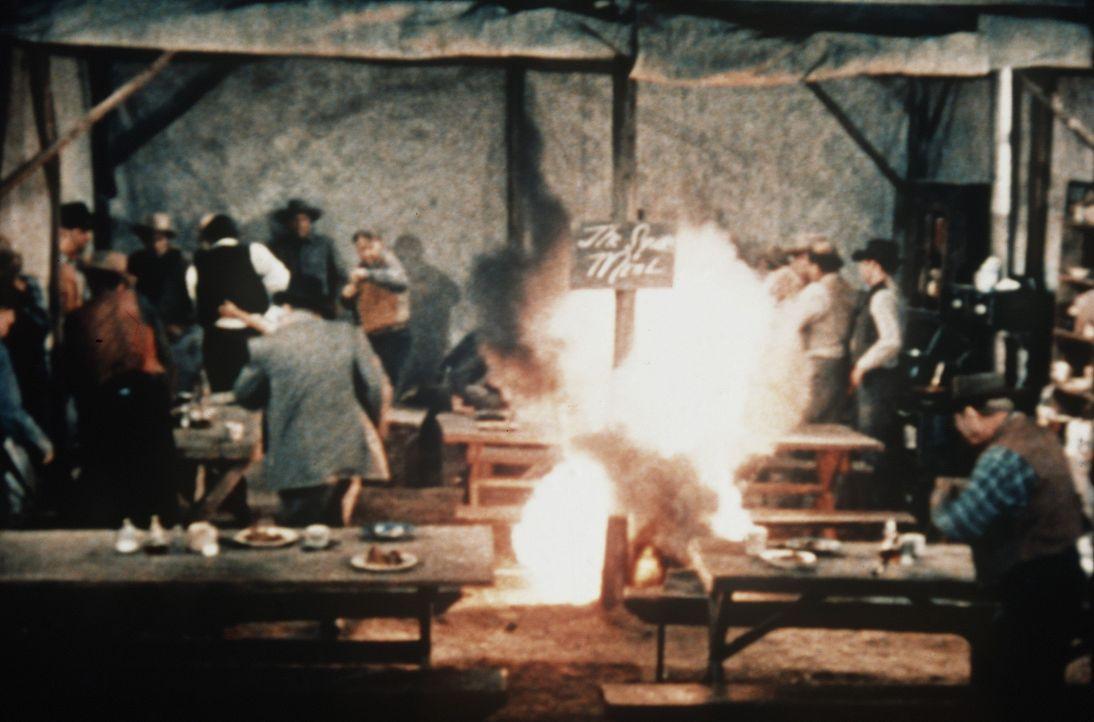 Der Fremde zündet Sprengstoff in Annies Gasthaus. - Bildquelle: Paramount Pictures