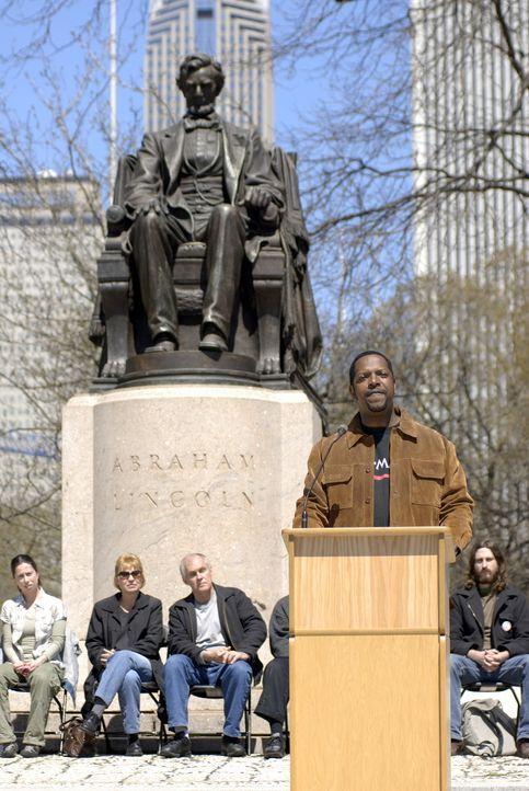 Vor der Abraham Lincoln Statue lässt ein Redner seiner Meinung freien Lauf ... - Bildquelle: Warner Bros. Television