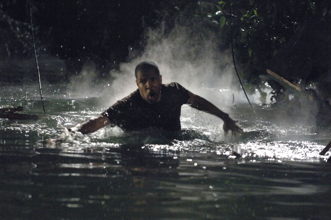 Rückblende: Aaron (Eriq La Salle) versucht seine Familie in Sicherheit zu bringen ... - Bildquelle: Warner Bros. Entertainment Inc.