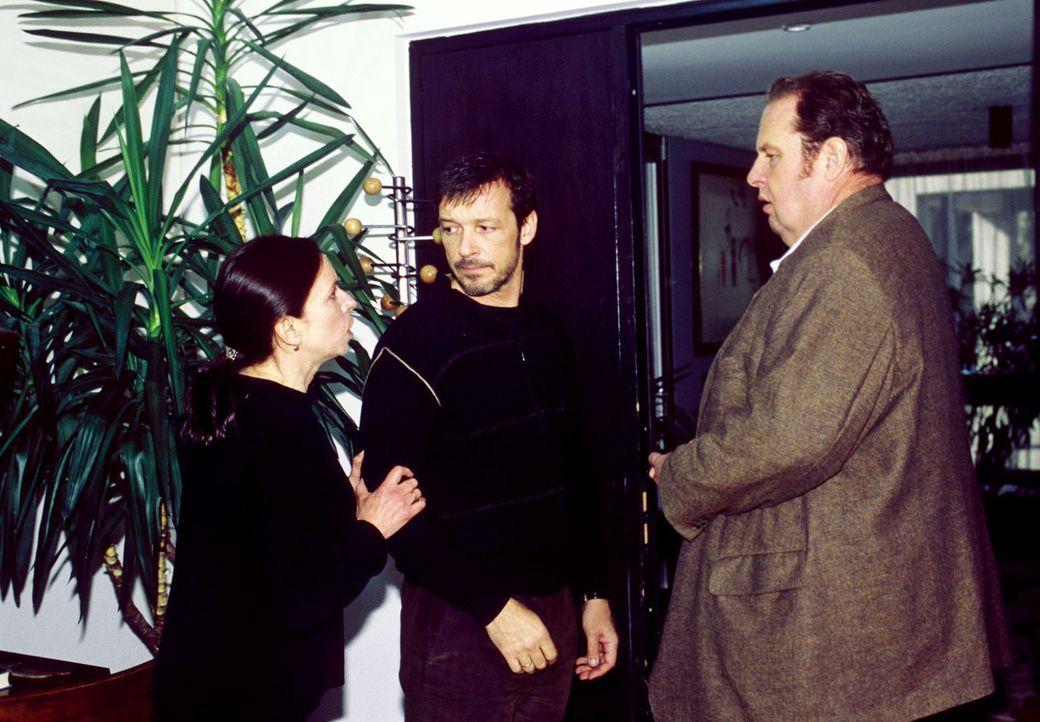 Antonia Busch (Vera Lippisch, l.) und Benno (Ottfried Fischer, r.) versuchen Nico (Michael Roll, M.) zu trösten. - Bildquelle: Magdalena Mate Sat.1