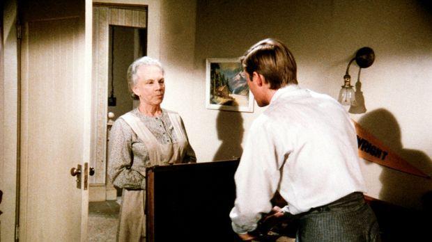 Ester (Ellen Corby, l.) ist nicht damit einverstanden, dass ihr Enkel (Richar...