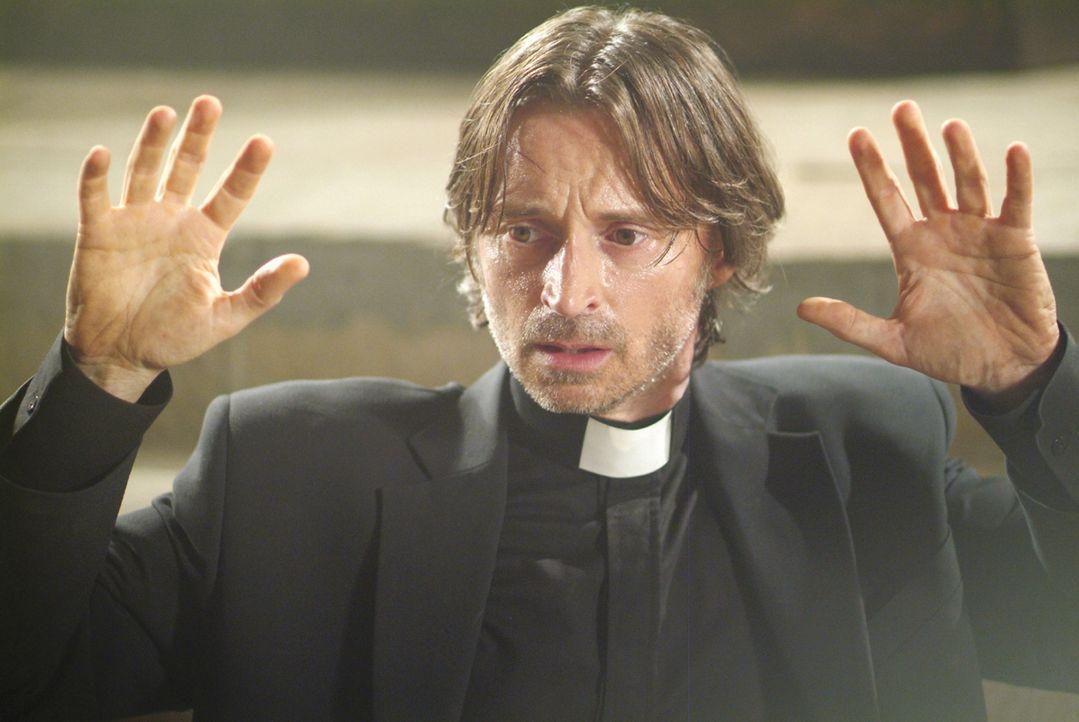 Versehentlich wird der Alkoholiker, Pater Joseph MacAvoy (Robert Carlyle), beim Kaffeetrinken mit einem Peilsender ausgestattet  - und steht nun ebe... - Bildquelle: Ascot Elite Film