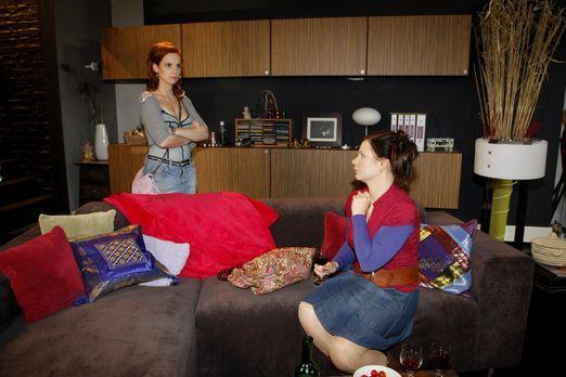 Manu (Marie Zielcke, l.) kommt aus ihrem Urlaub zurück und findet Mark in ihr...